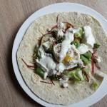 Light & Fast: Lipie cu ou poşat, salată, feta şi iaurt aromat gata în 10 minute