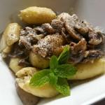 Gnocchi cu pesto, ciuperci şi parmezan de te bagă-n…ceaţă