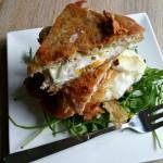 Breakfast joy. Sandwich decadent cu ou prăjit şi crustă crocantă