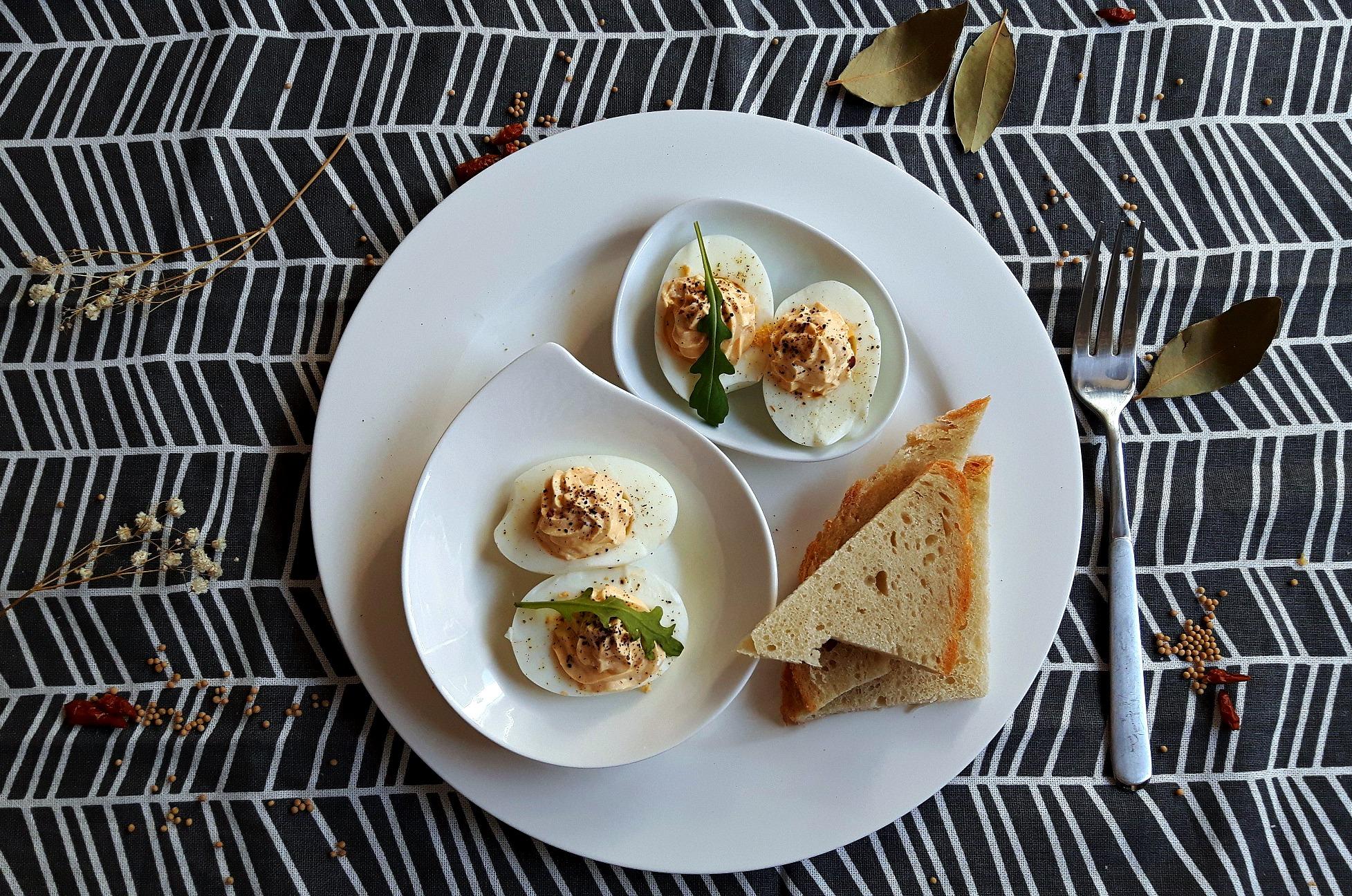 Ouă umplute cu brânză cottage și ev nou în casa noastră