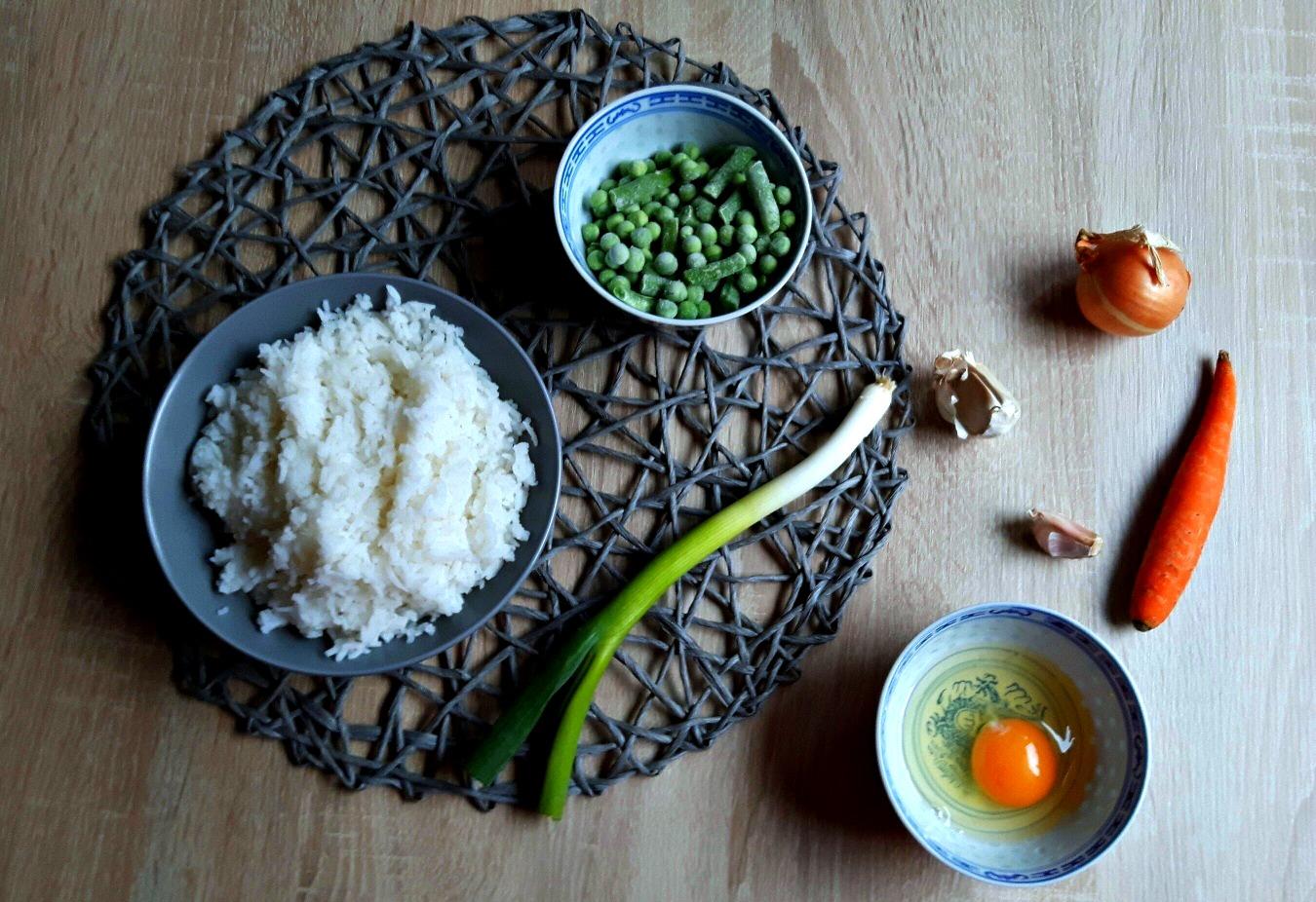 Pregătește orez prăjit, asiatic, în doi timpi și trei mișcări