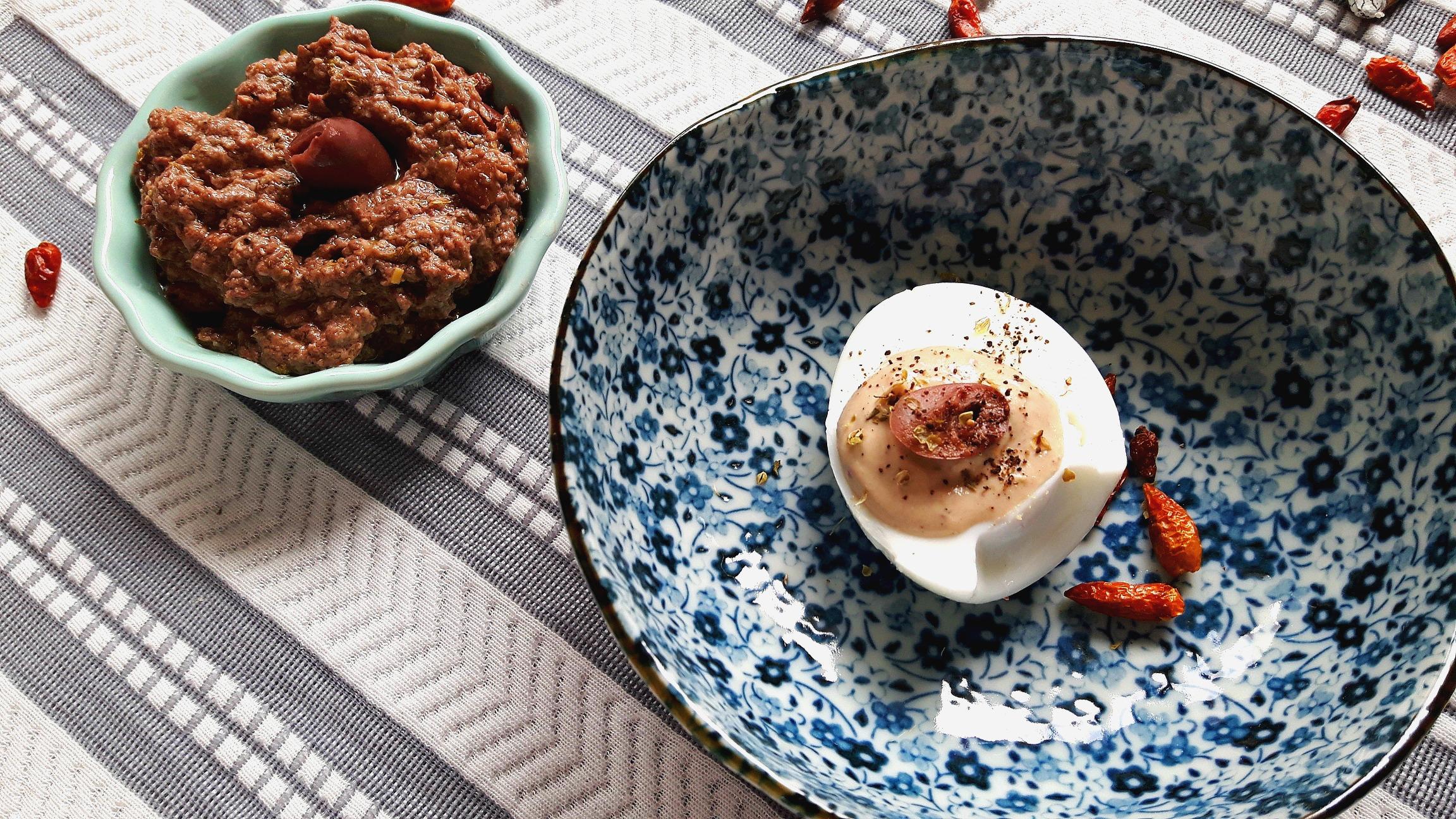 Două rețete pentru brunch. Ouă umplute cu măsline și pastă tapenade ca în Grecia