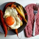 Legume dulci – acrișoare la cuptor, pe pat de mămăligă, cu ou sunny