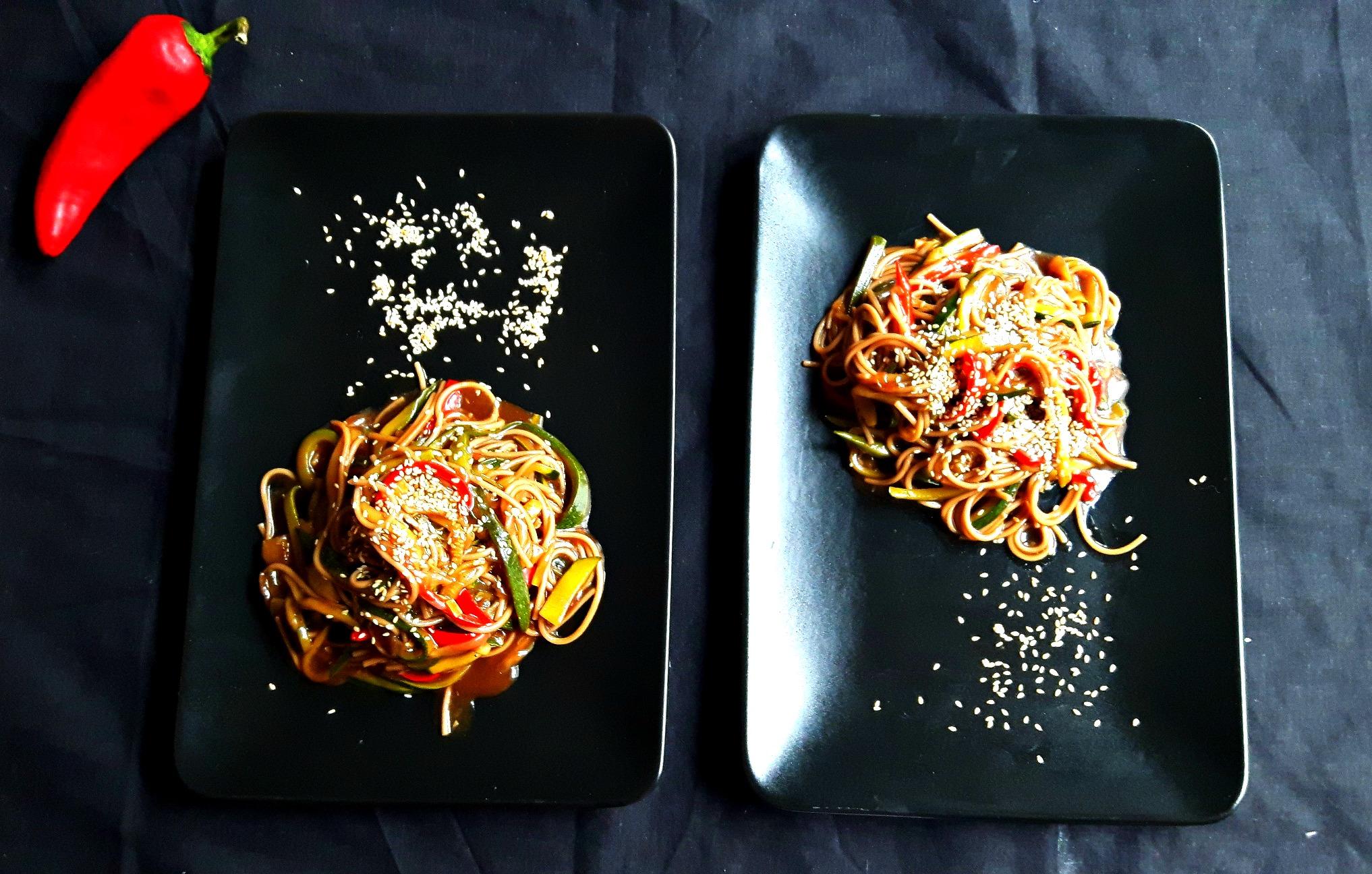 Azi călătorim în ASIA cu soba și zucchini noodles în sos dulce-acrișor