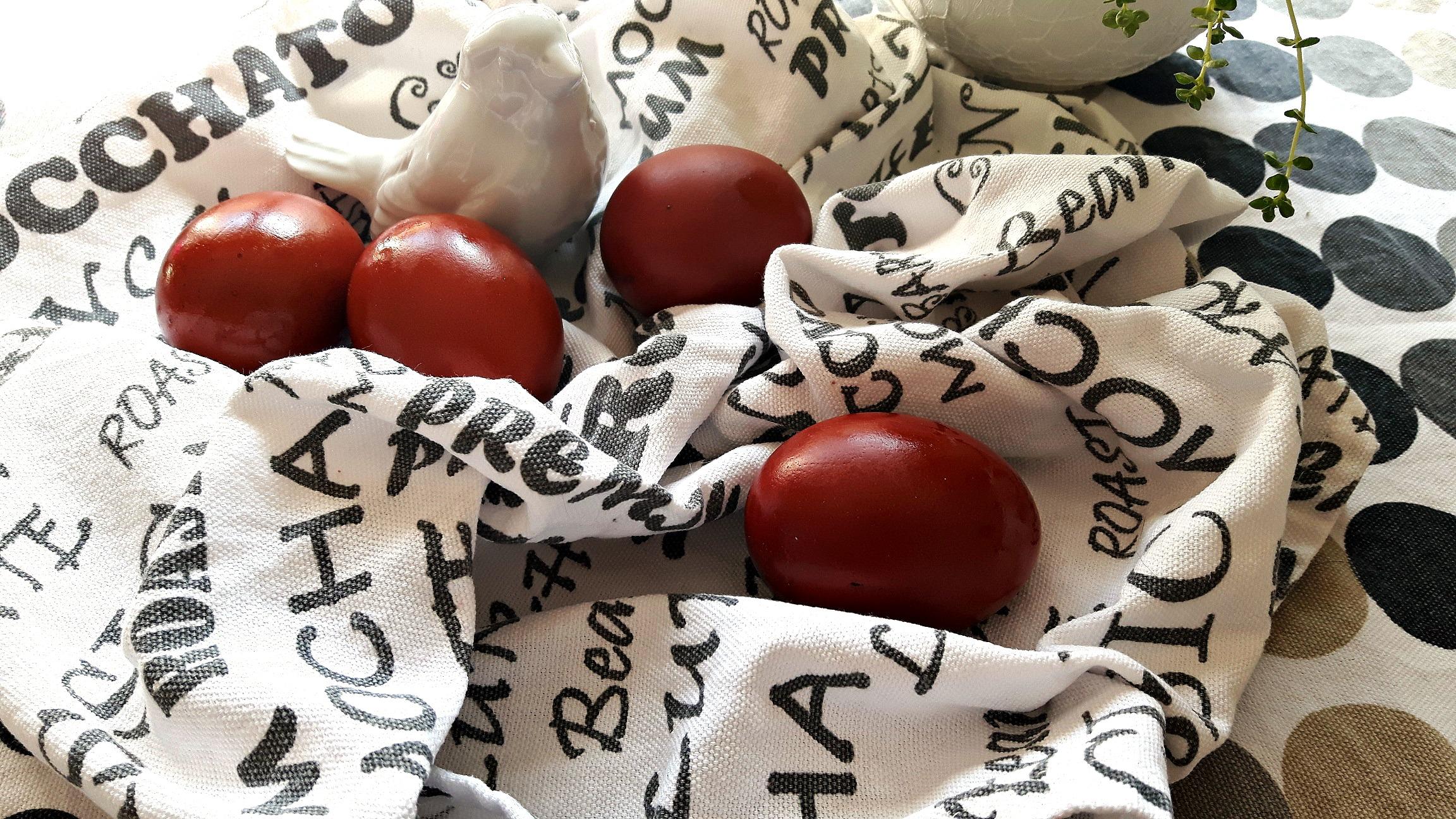 Vopsește ouăle roșii în mod natural