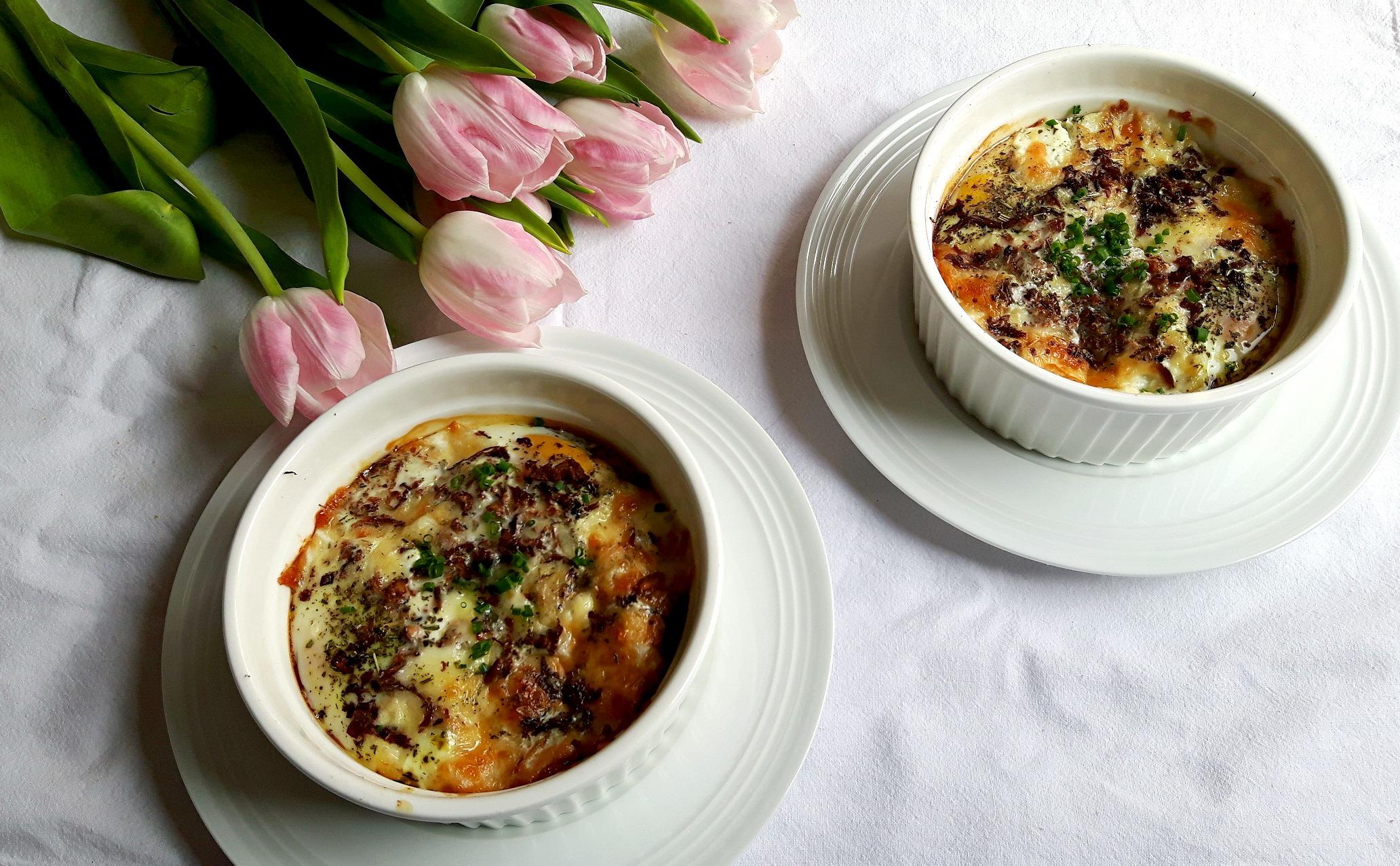 """Ouă """"en cocotte"""" cu ciuperci, iaurt grecesc, unt cu trufe, brânză de capră și cașcaval afumat"""