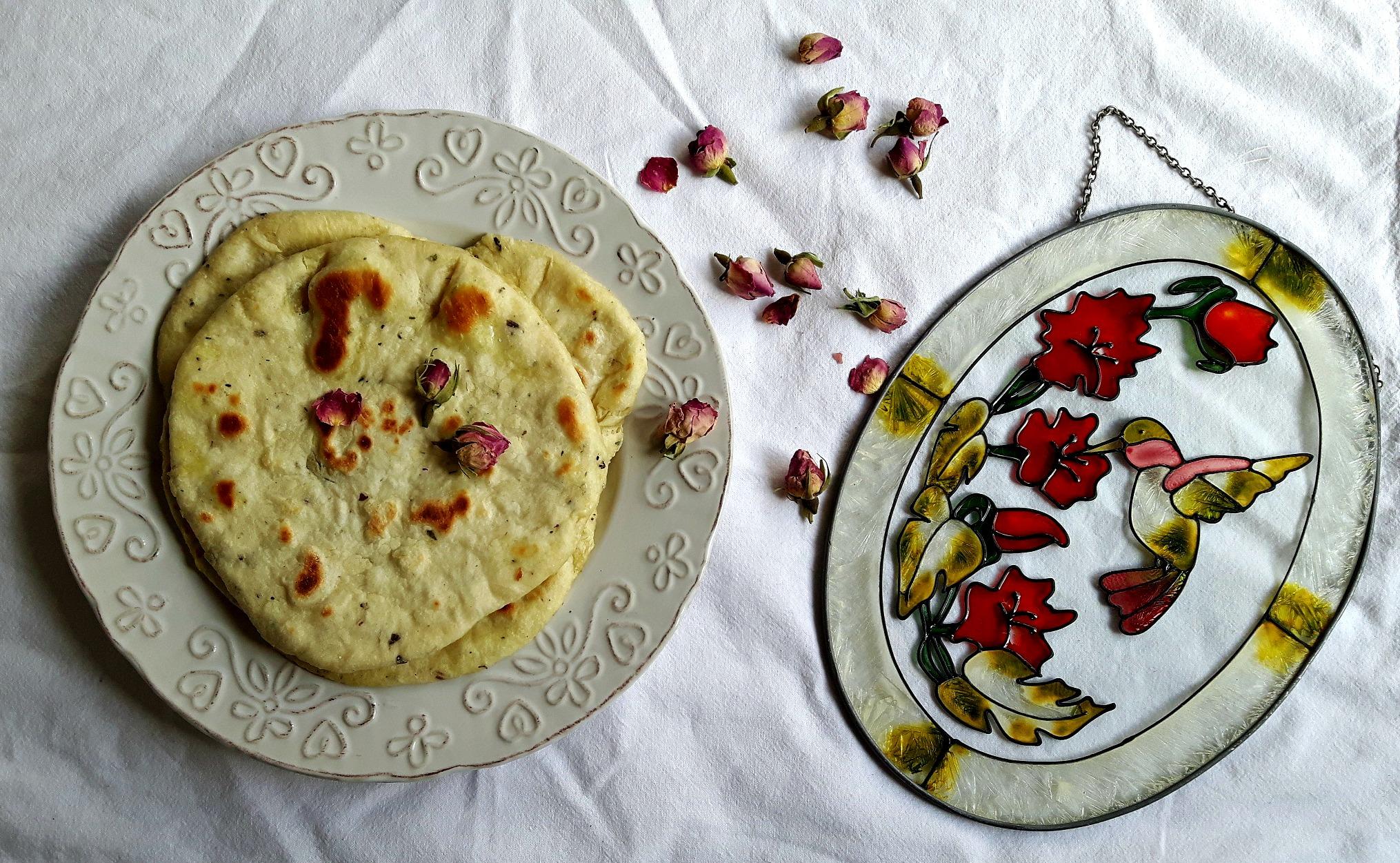 Special de 8 Martie. Pâine plată mediteraneană cu boboci de lavandă și trandafir