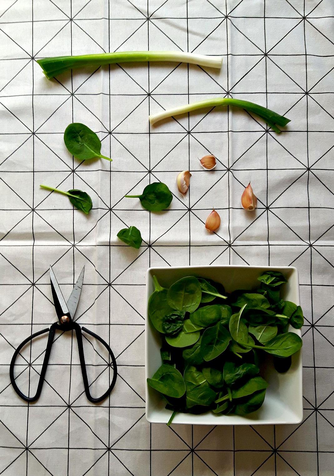Quiche de primăvară cu spanac, ceapă verde și telemea
