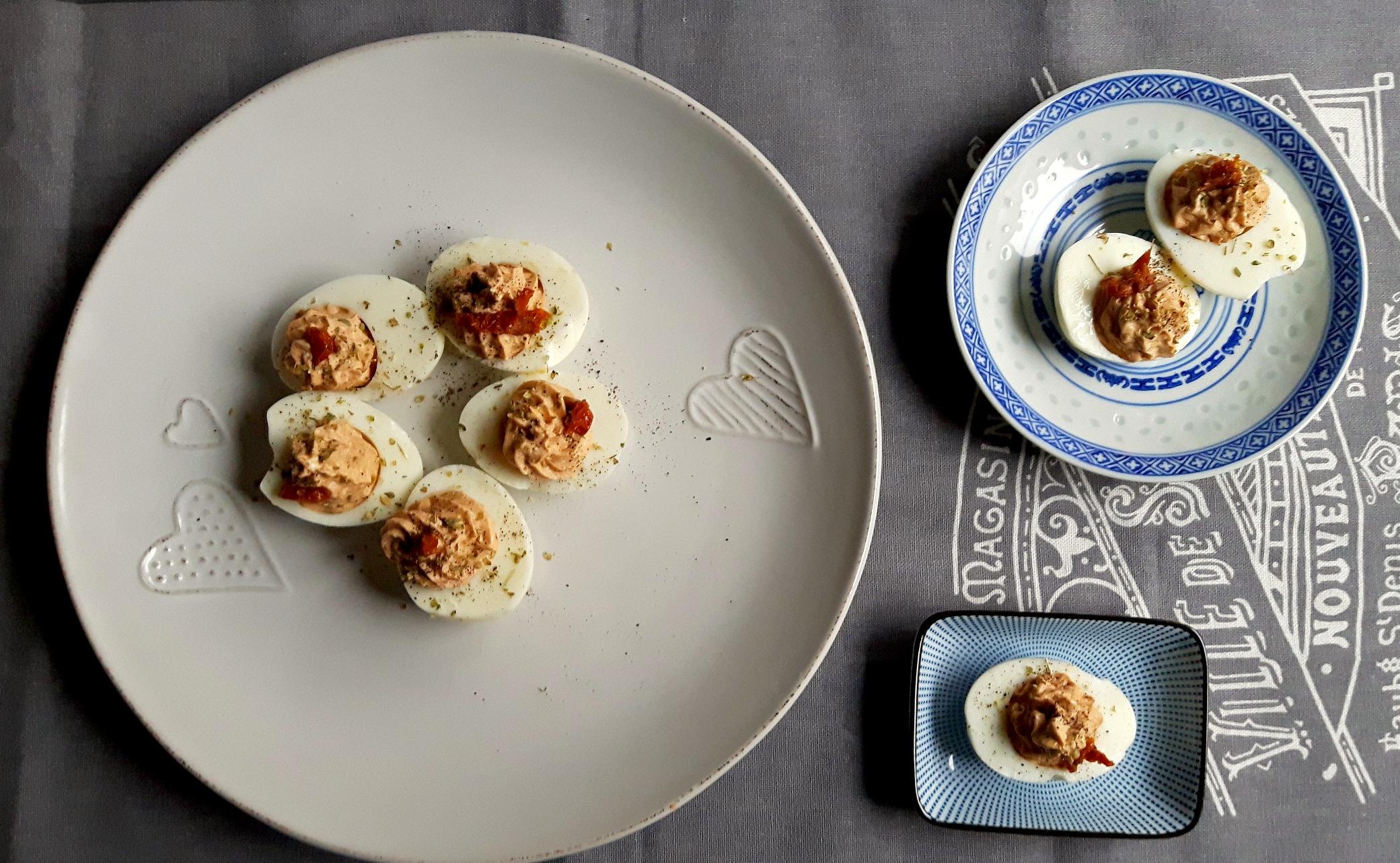 Ouă umplute cu brânză cottage și roșii uscate la soare