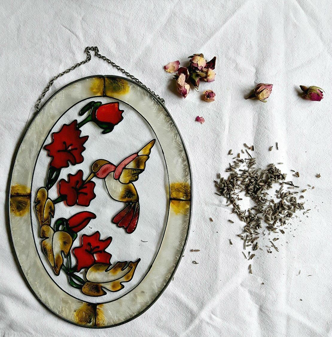 Special de 8 Martie. Pâine plată mediteraneană cu boboci de lavandă și de trandafir