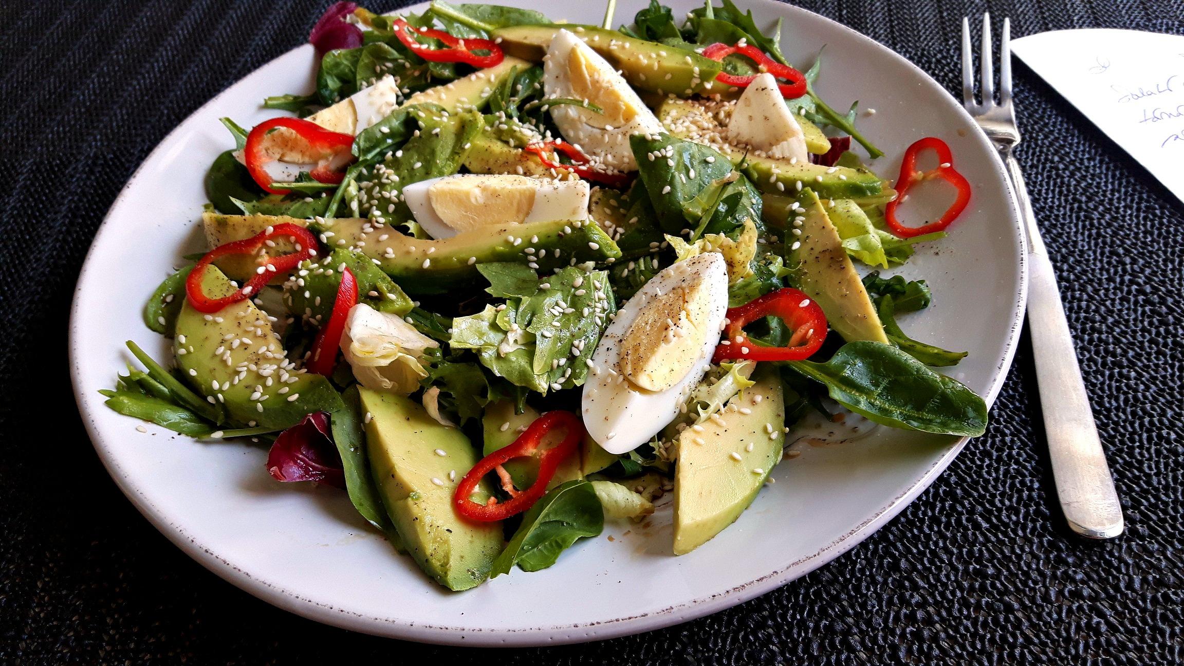 Salată cu ou, avocado, spanac tânăr și rucola