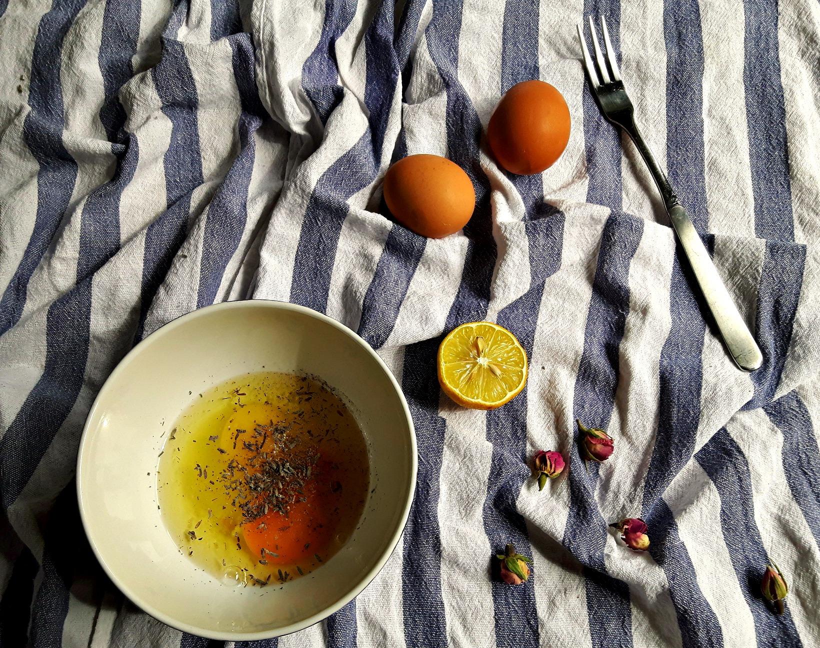 Adu extraordinarul la masa ta, cu o omletă cu lavandă și boboci de trandafir