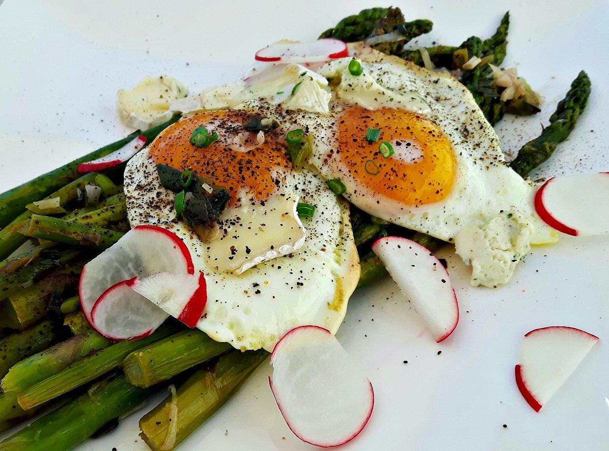 """Aromat & sofisticat. Sparanghel verde cu ouă """"sunny"""", un preparat de 5 stele"""