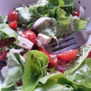 Himalaya întâlnește Mediterana: Salată cu brânză, crudități și...Kala Namak :)
