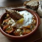 Ou cu brânză și legume în oală fierbinte