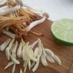 Ciuperci asiatice (shimeji) picante, cu tăiței de orez