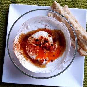 Light & Fast. Ouă cilbir - poșate, în sos de iaurt