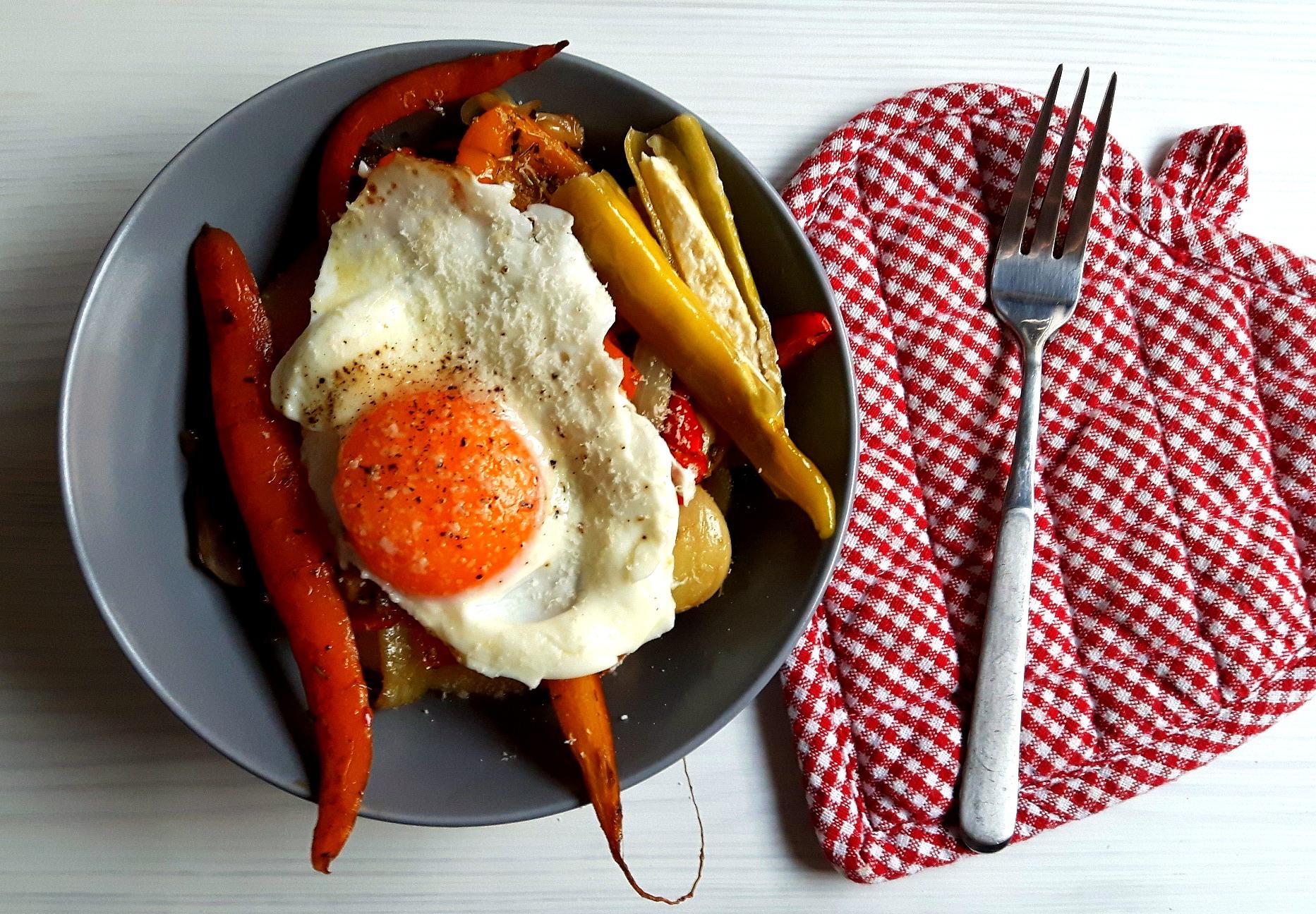 Legume dulci - acrișoare la cuptor, pe pat de mămăligă, cu ou sunny