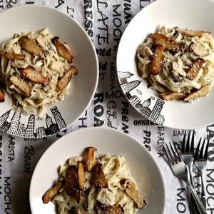 """Fettucine cu ciuperci """"Oyster King"""", smântână, tarhon și parmezan"""