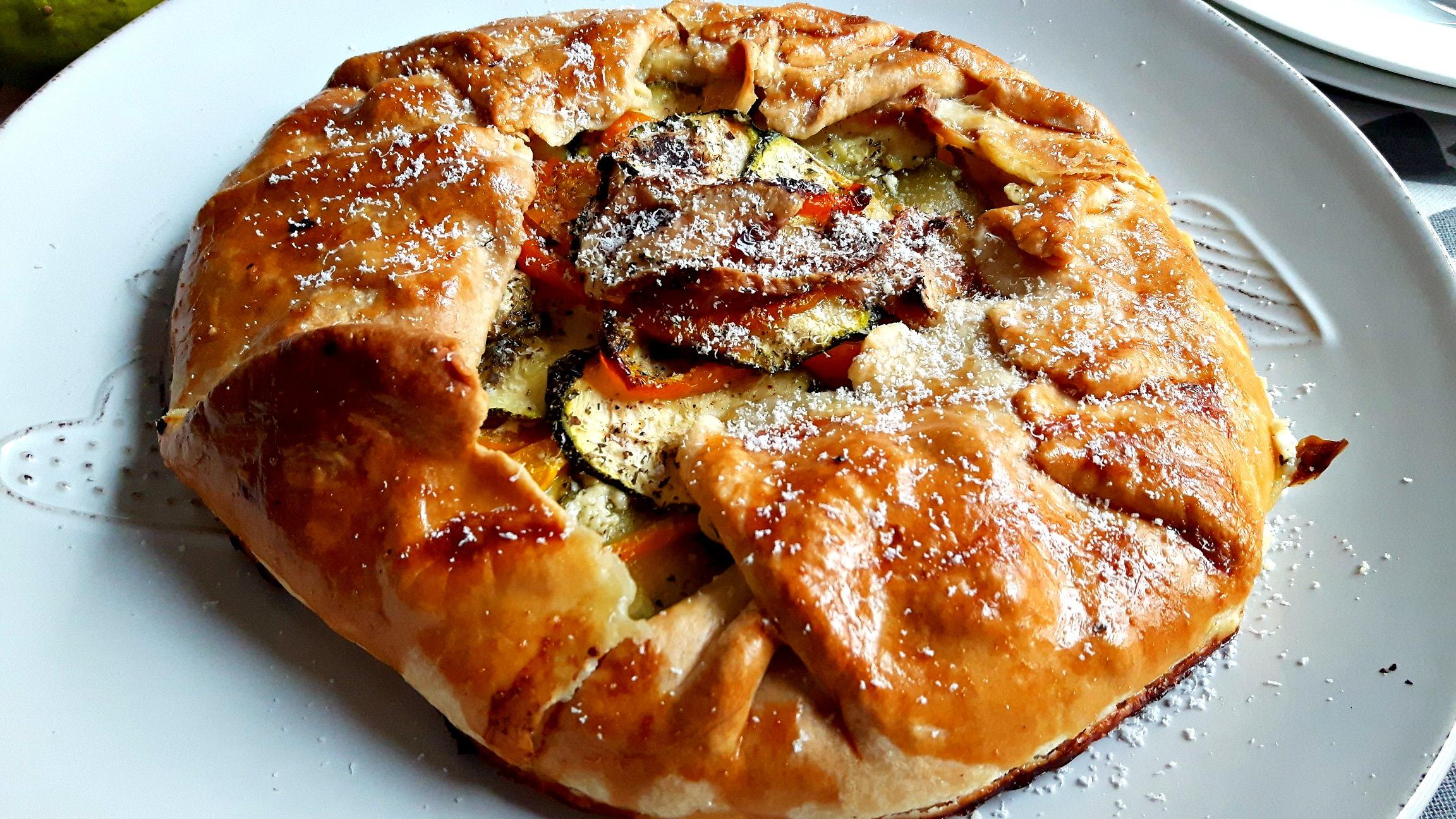 Galette cu zucchini, ardei capia, brânză brie și cottage