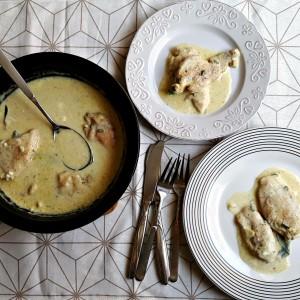 Piept de pui în sos alb de usturoi, salvie și lămâie