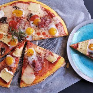 Pizza cu blat de mămăligă cu brânză și ouă de prepeliță